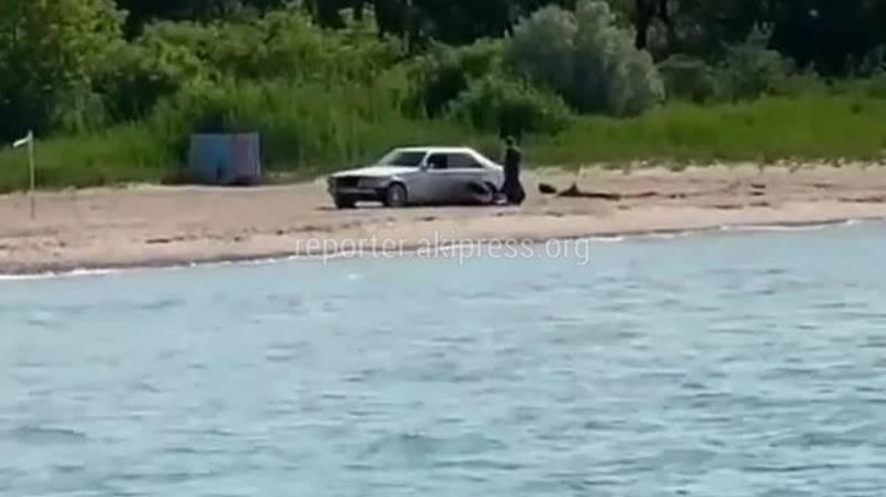 На Иссык-Куле «Мерседес» увяз на пляже