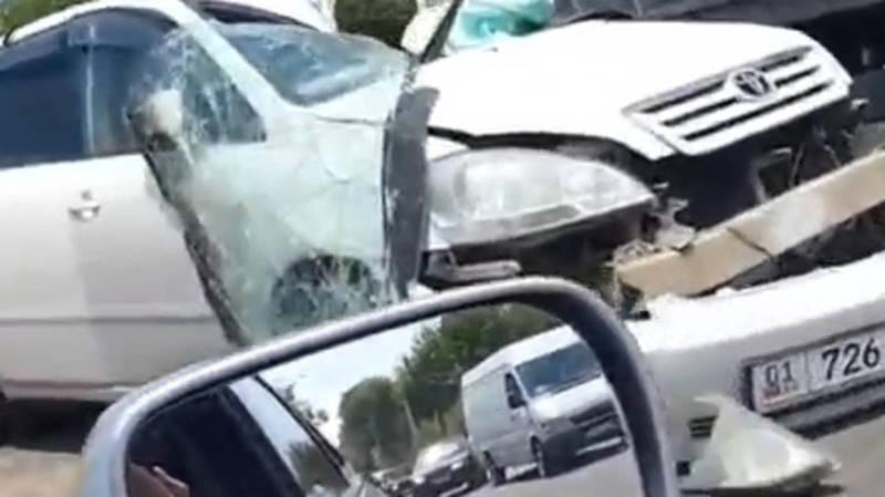 «Тойота Ипсум» столкнулась с грузовиком. Видео с места аварии
