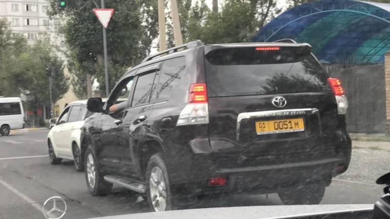 На ул.Медерова «Прадо» выехал на встречку и подрезала «Мерседес». Видео очевидца