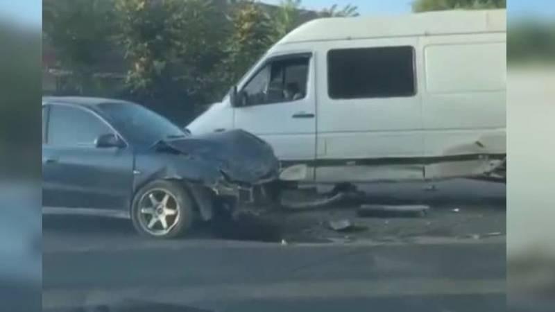 В Узгене столкнулись легковушка и бус. Видео с места аварии