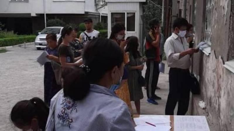 В республиканском ЗАГСе документы принимают через окно. Видео