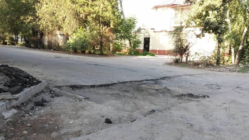 На ул.Орджоникидзе вскрыли асфальт и не закатали. Фото
