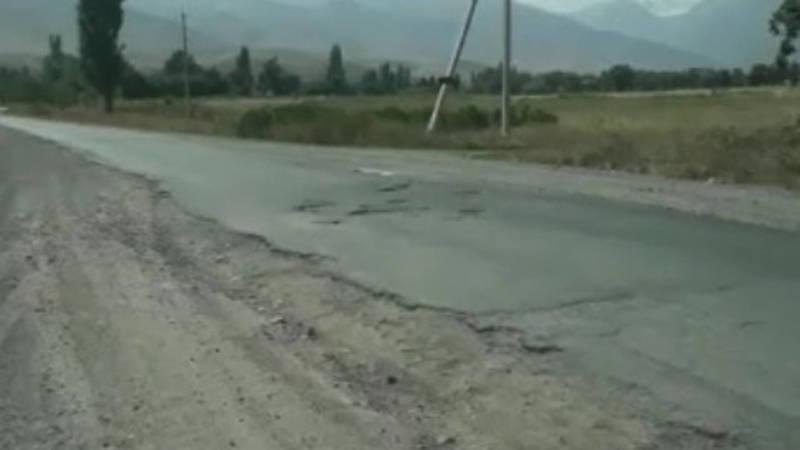 Водитель жалуется на состояние дороги в Кашка-Суу. Видео