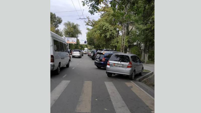 Припаркованные авто на ул.Лермонтова занимают полосу движения, создавая аварийную ситуацию (фото)
