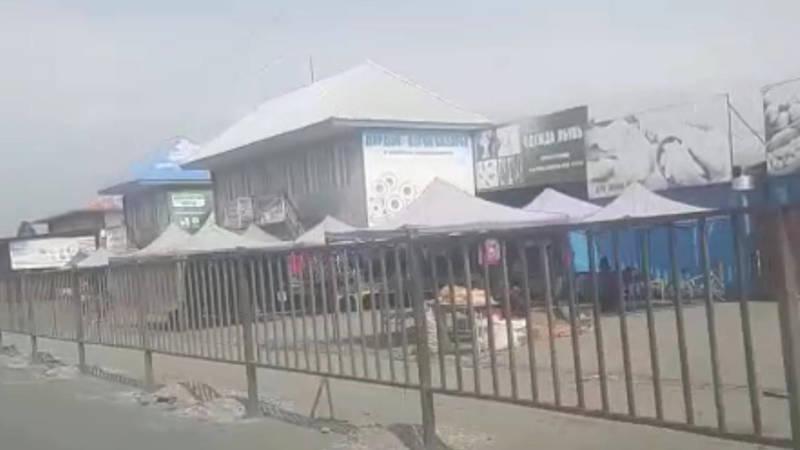 Законно ли в Узгене вдоль дороги у рынка поставили забор? - местный житель