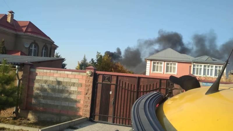 По улице Бакаева горит жилой дом,- очевидец