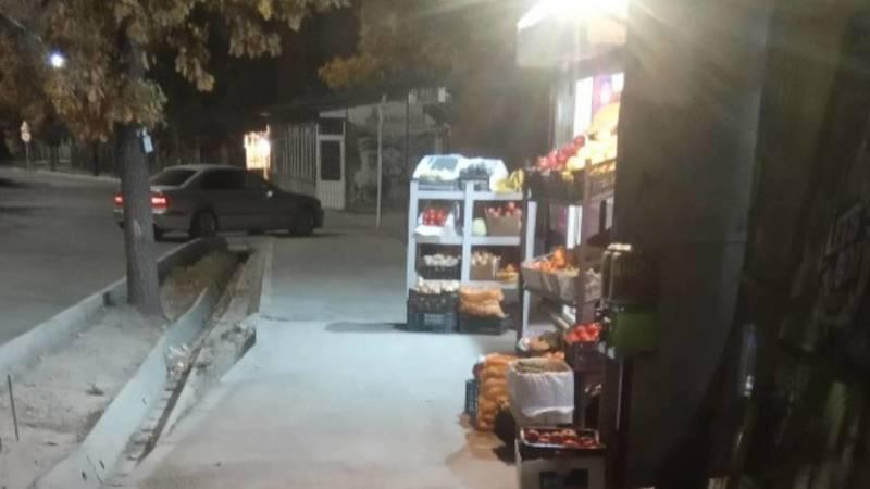 На ул.Малдыбаева полка с овощами занимает полтротуара, - очевидец