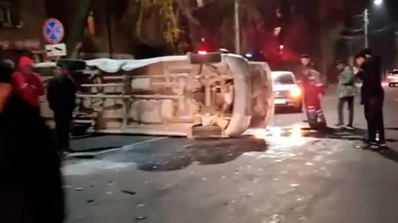 В Бишкеке перевернулась маршрутка, пострадали несколько человек. Видео