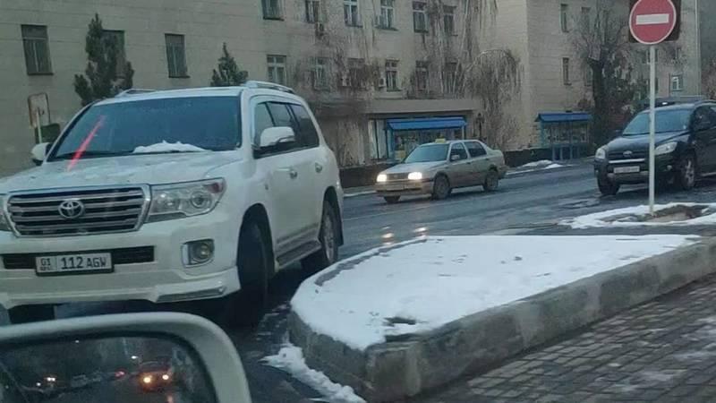 Водитель припарковал «Крузак» в неположенном месте на Токтогула
