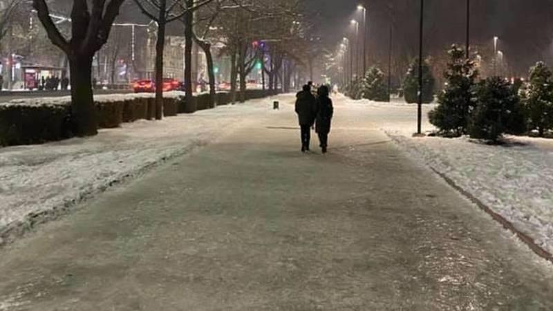 «Зачем ходить на каток?» Бишкекчанка Юлия жалуется на гололед на тротуаре в центре города