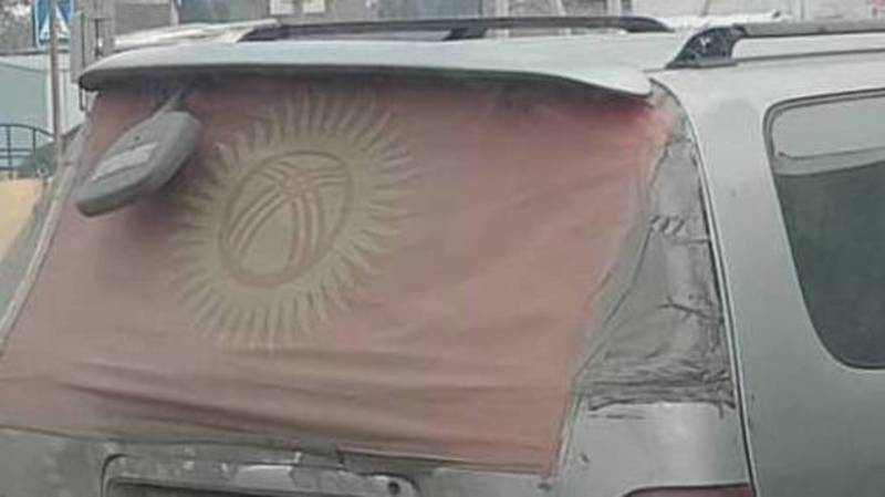«Патриотизм или неуважение?» В Бишкеке замечен «Одиссей», заднее стекло которого заклеено флагом