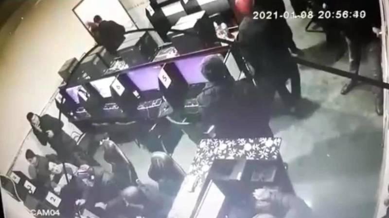 Драка в компьютерном клубе в Жалал-Абаде. Парня ударили ножом в ногу. Видео