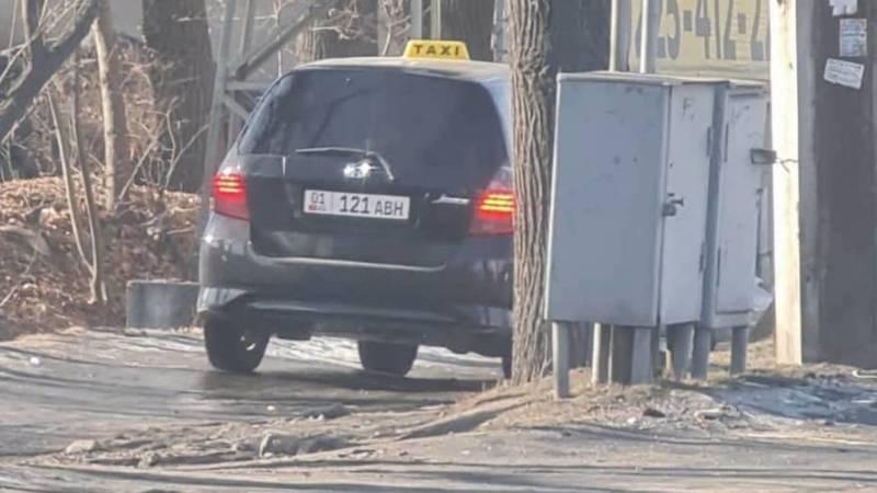 Таксист на «Хонде» едет по тротуару на Льва Толстого