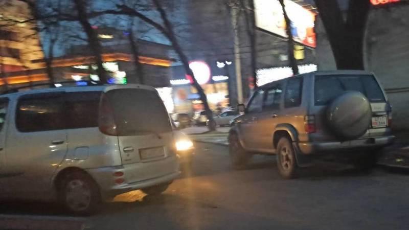 Два водителя перекрыли парковку возле торгового центра, - горожанин
