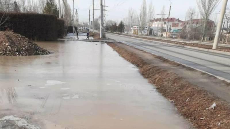 В Ак-Орго талая вода затапливает пешеходный переход на ул.Гагарина, - местный житель