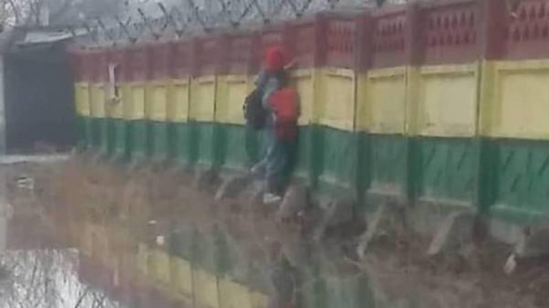 В Новопавловке дети обходят огромную лужу, цепляясь за бетонный забор. Видео и фото