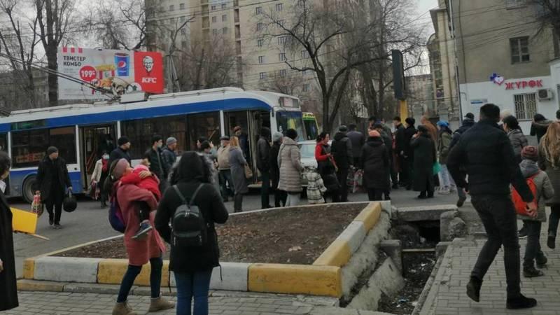 Троллейбус №8 врезался в «Мазду». Фото очевидца