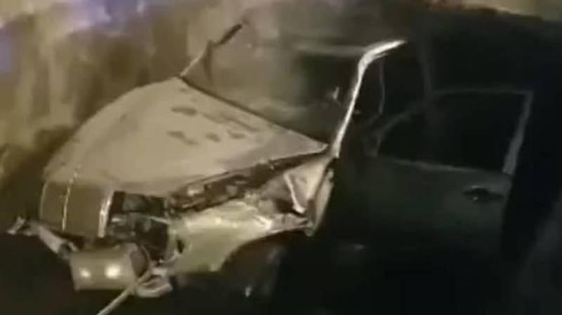 В Оше «Мерседес» слетел с дороги и залетел в канал. Видео