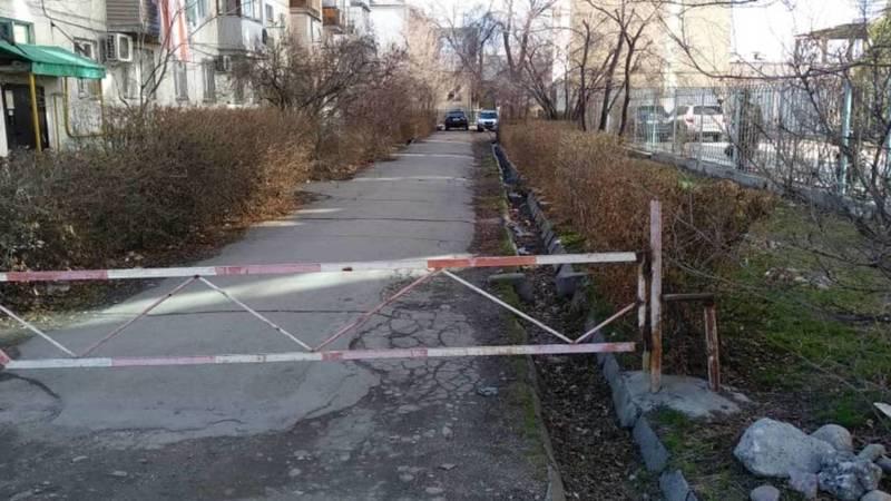 Во дворе дома на Ахунбаева нет скамеек. Фото горожанки