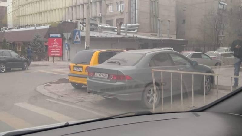 «Хонда» припаркована на пешеходном переходе. Фото горожанина