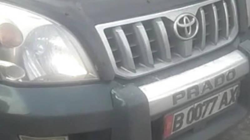 «Прадо» с подложными номерами припарковался на проезжей части. Видео горожанина