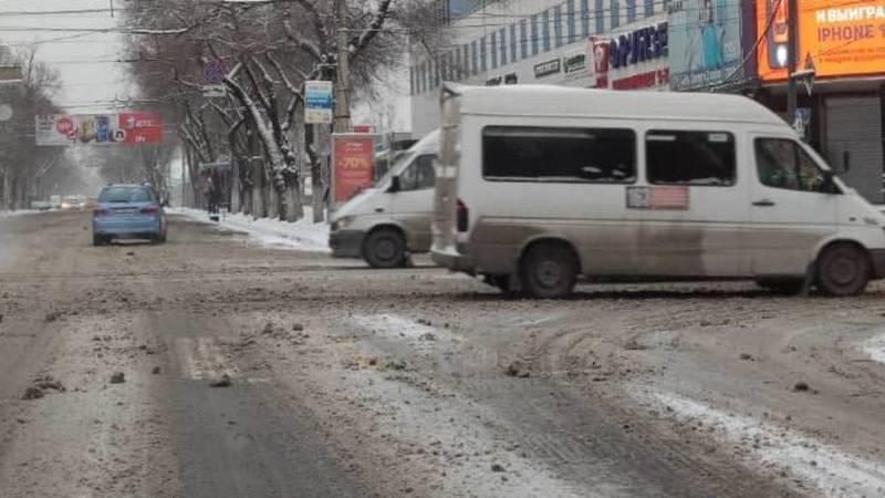 Водитель жалуется на снег на грязь на дорогах в центре города. Фото