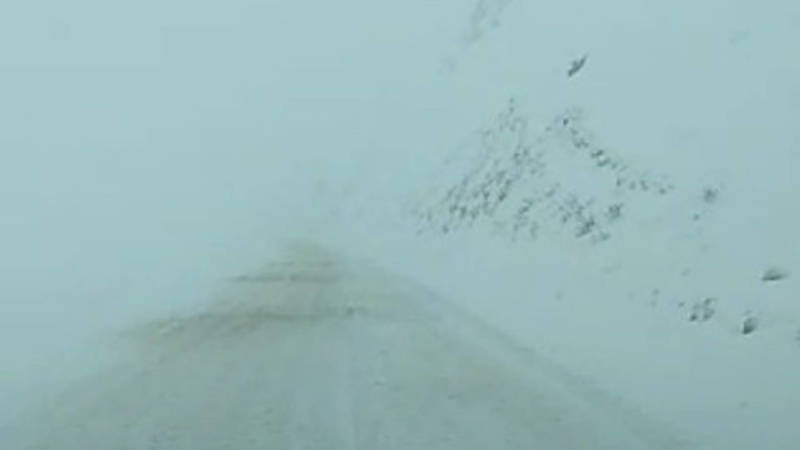 Водитель жалуется на гололед на перевале Ала-Бель. Видео