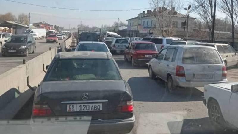 Страшные пробки в Беловодском из-за парковки в несколько рядов