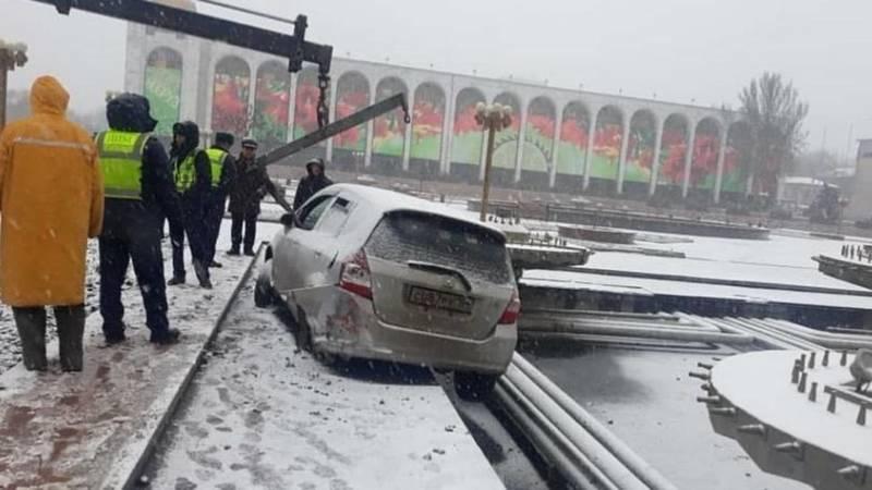 «Хонда Фит» влетела в фонтаны на площади Ала-Тоо