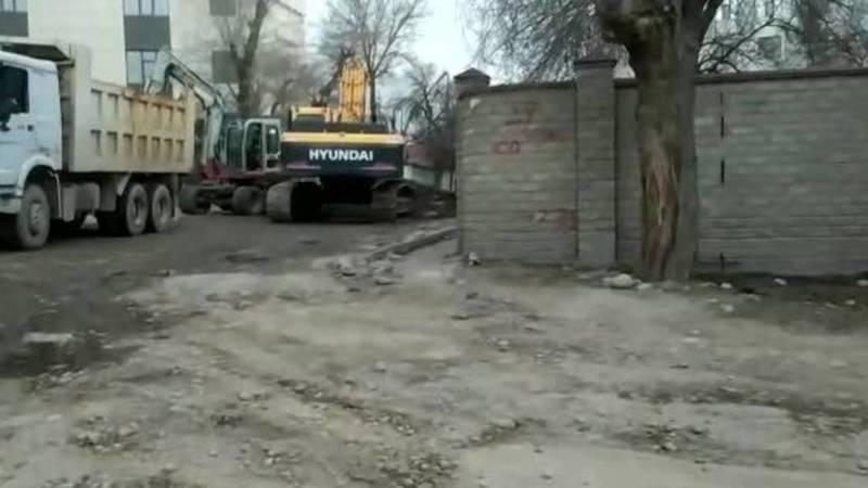 Забор по Ажыбек Баатыра расположен на частной территории, - мэрия