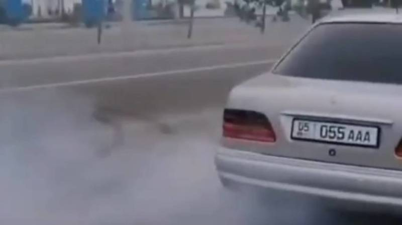 Водитель «Мерседеса» устроил дрифт в 12 мкр. Видео