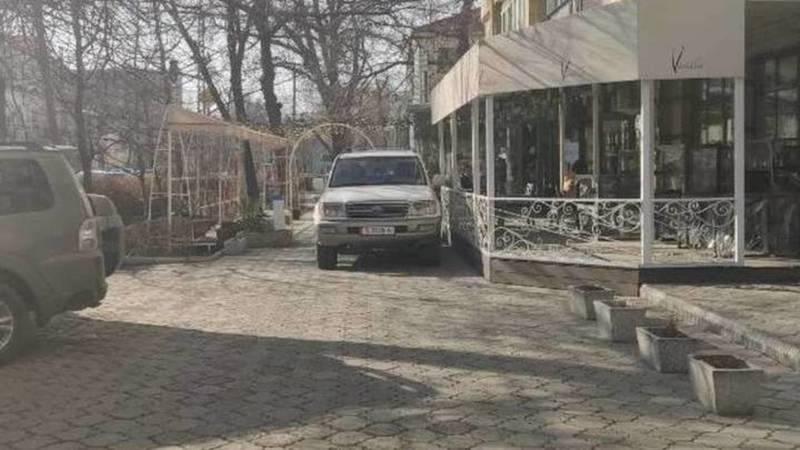 Водитель «Прадо» оштрафован на 1000 сомов за парковку на тротуаре