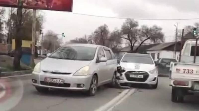 На Льва Толстого столкнулись «Виш» и «Солярис». Видео с места аварии