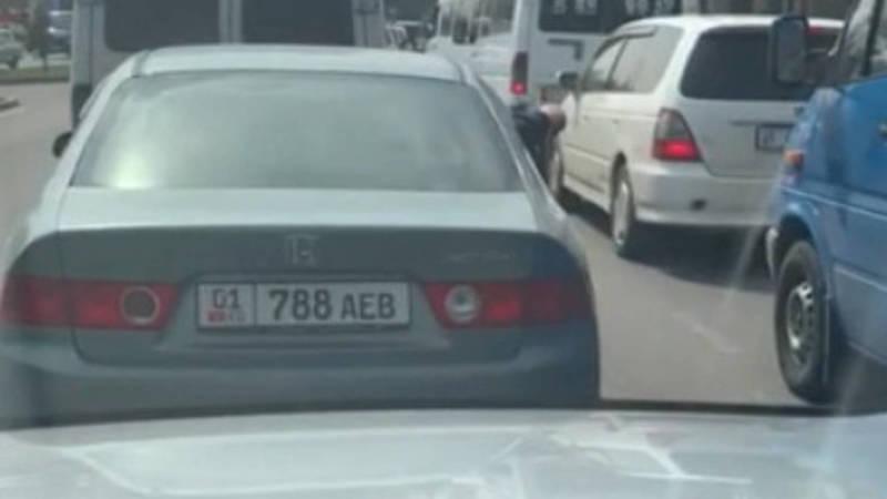 Пассажир «Хонды» щелкает семечки и бросает шелуху на дорогу. Видео