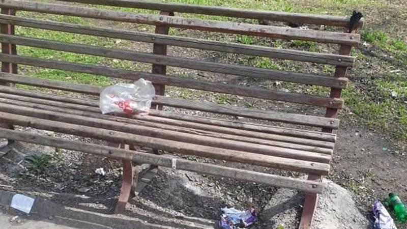 Бишкекчанка жалуется на мусор в сквере в районе кожзавода. Фото