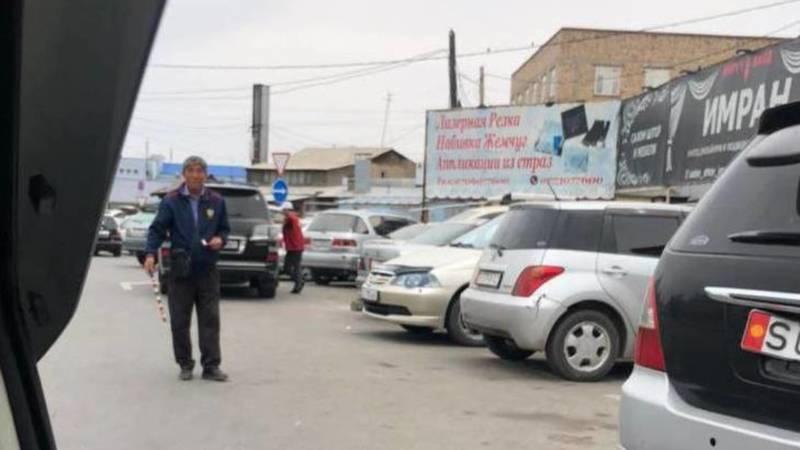 На парковке возле «Мадины» и Аламединского рынка не дают чек, - горожанин. Фото