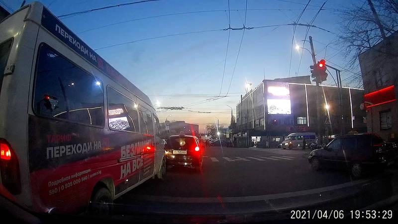 Маршрутка выехала на встречку на Киевской. Видео и фото