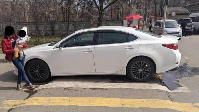 Водитель Lexus ES 250, припаркованного на зебре, оштрафован на 1000 сомов