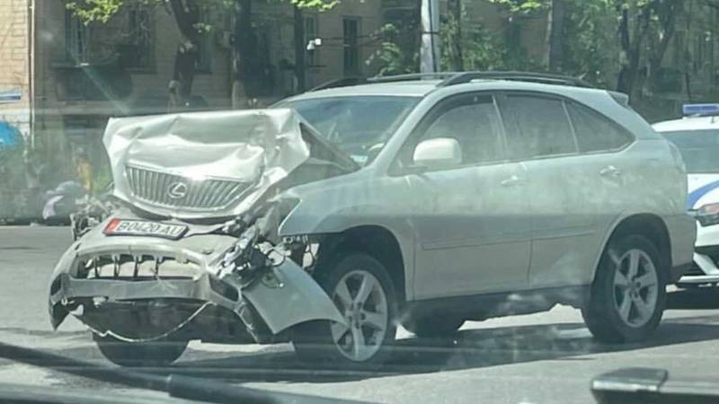 На Айтматова столкнулись Lexus RX 400 и «Форд». Видео