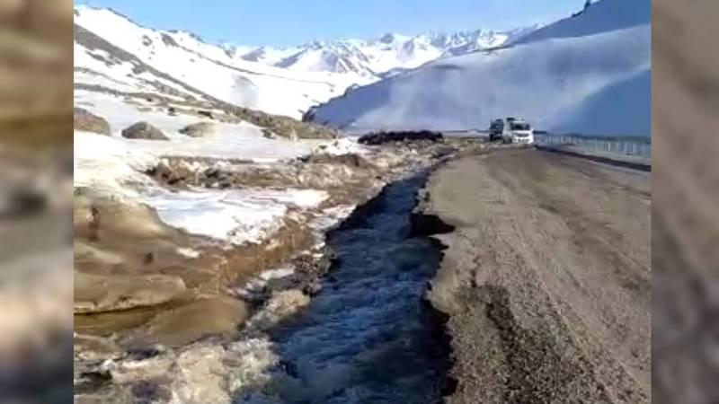 Ручьи размывают дорогу на перевале Өтмөк. Видео