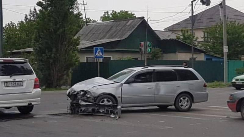 На Ленинградской столкнулись две машины. Видео
