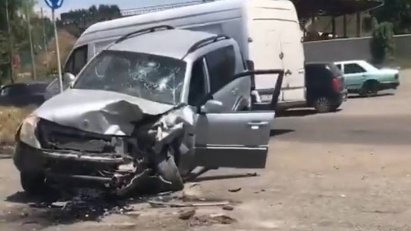 В селе Нариман в Оше произошла авария. Видео