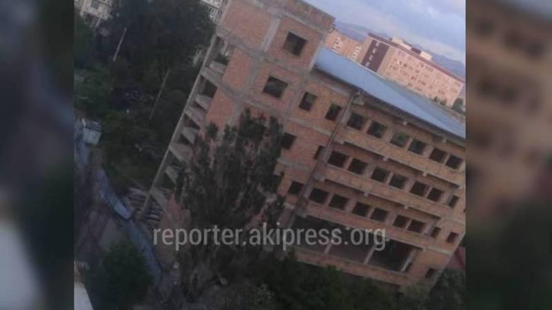 Информация о детях, играющих внутри недостроенного здания, передана в УПСМ