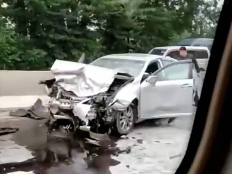 На объездной столкнулись Mercedes С-class и Lexus ES 350. Видео