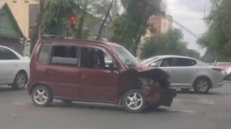 На Горького столкнулись две легковушки. Видео с места аварии