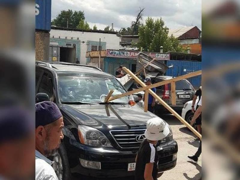 В районе рынка «Дордой» из-за сильного ветра пострадали несколько машин