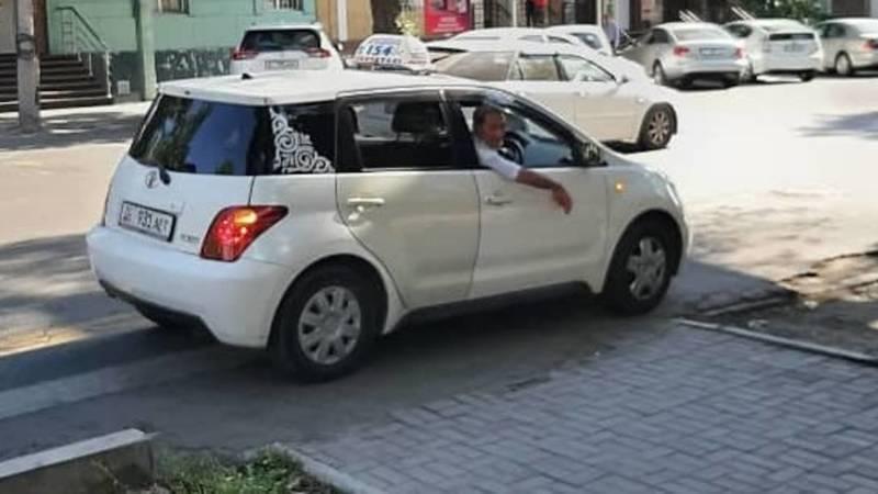 Таксист на Тойоте Ист припарковался на зебре. Фото