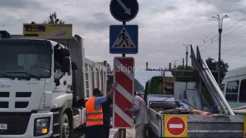 Упавший на Алматинке дорожный знак установили