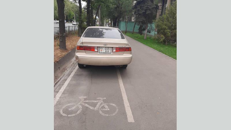 «Тойота» припарковалась на велосипедной линии. В Carcheck за машиной числятся 18 штрафов