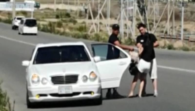 Очевидцы сняли на видео, как на Иссык-Куле девушку силой сажают в машину